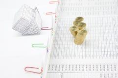 Банкротство дома на обработке документов шага с золотыми монетками нерезкости Стоковое Фото