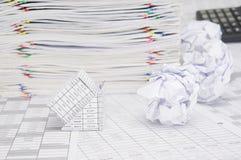 Банкротство дома с бумажным шариком на учете финансов Стоковое фото RF