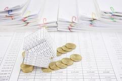 Банкротство дома с золотыми монетками понижается к земле Стоковая Фотография RF