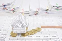 Банкротство дома с монетками падает для того чтобы смолоть и рисовать Стоковое Фото