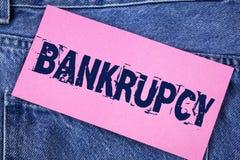 Банкротство текста почерка Компания смысла концепции под финансовым кризисом идет банкрот при склоняя продажи написанные на липко стоковые изображения