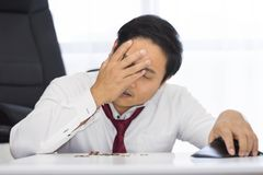 Банкрот, сломал и разочарованный человек имеет финансовые проблемы при монетки выведенные на таблицу и пустой бумажник стоковые фотографии rf