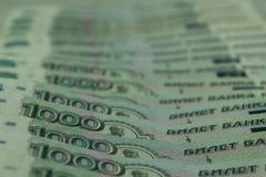 Банк билетов денег России 1000 рублей, разбросанных хаотически, предпосылка стоковые изображения