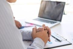Банк бухгалтера дела, предлагать делового партнера высчитывает Стоковые Изображения