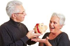 банк давая человека piggy к женщине стоковая фотография rf