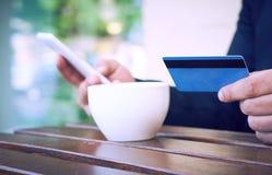 Банк интернета, электронная коммерция и онлайн торгуя концепция Подрезанный взгляд рук бизнесмена держа мобильный телефон и стоковое фото