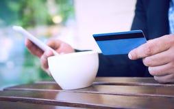 Банк интернета, электронная коммерция и онлайн торгуя концепция Подрезанный взгляд рук человека ‹businesÑ держа мобильный телефон стоковые фотографии rf