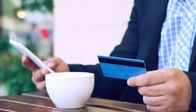 Банк интернета, электронная коммерция и онлайн торгуя концепция Подрезанный взгляд рук бизнесмена держа мобильный телефон и стоковое фото rf