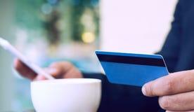 Банк интернета, электронная коммерция и онлайн торгуя концепция Подрезанный взгляд рук бизнесмена держа мобильный телефон и стоковые фото