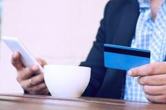 Банк интернета, электронная коммерция и онлайн торгуя концепция Подрезанный взгляд рук бизнесмена держа мобильный телефон и стоковая фотография rf