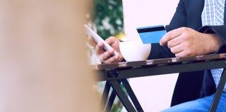 Банк интернета, электронная коммерция и онлайн торгуя концепция Подрезанный взгляд рук бизнесмена держа мобильный телефон и стоковые изображения