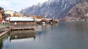 Банк озера Hallstattersee, Hallstatt, Австрии сток-видео