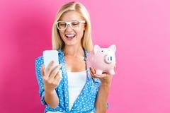 банк предпосылки изолированный над piggy детенышами белой женщины Стоковое Изображение