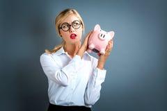 банк предпосылки изолированный над piggy детенышами белой женщины Стоковые Фотографии RF