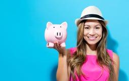 банк предпосылки изолированный над piggy детенышами белой женщины Стоковое Фото