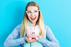 банк предпосылки изолированный над piggy детенышами белой женщины Стоковые Изображения