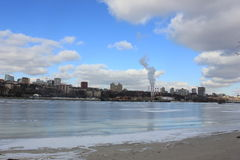 Банк реки обозревая город стоковое фото rf