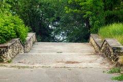 Банк реки, спуск к лестнице воды Время весны… подняло листья, естественная предпосылка Стоковые Фото