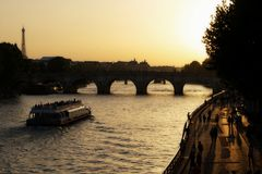 Банк Рекы Сена на пешеходной зоне захода солнца в Париже Франции стоковые изображения rf