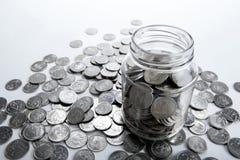 Банк с монетками и подсчитывать стоковое фото