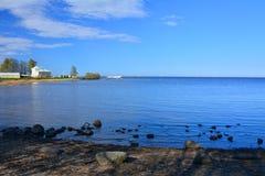 Банк Gulf of Finland в Peterhof, Санкт-Петербурге, России Стоковые Изображения