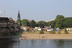 Банк Sandy реки Эльбы в Дрездене Германии стоковое изображение