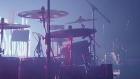 Барабанчики на этапе перед огромным рок-концертом сток-видео