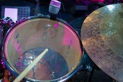 Барабанчик установил с деревянным drumstick и примечаниями музыки стоковые изображения rf