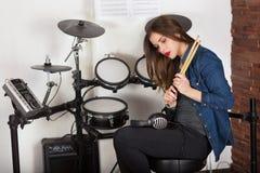 Барабанщик женщины практикуя дома стоковое изображение rf