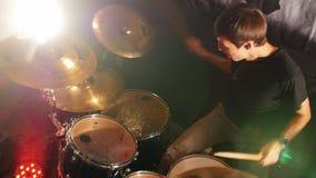 Барабанщик заканчивает его часть на представлении рок-группы видеоматериал
