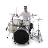 Барабанщик за комплектом барабанчика носит белую рубашку и играет барабанчики стоковое фото rf