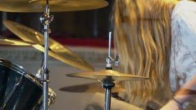 Барабанщик играет барабанчики на клубе Закройте вверх руки барабанщика играя плиту барабанчика на рок-концерте видеоматериал