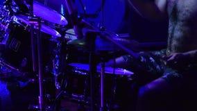 Барабанщик играет барабанчики свирепо акции видеоматериалы