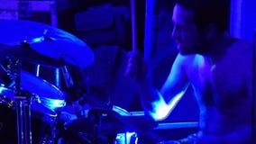 Барабанщик играет барабанчики видеоматериал