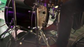 Барабанщик играет барабанчик путем пинать педаль Нога барабанщика двигает педаль барабанчика басовую акции видеоматериалы