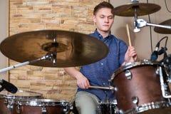 Барабанщик играет набор барабанчика в студии Стоковое Изображение RF