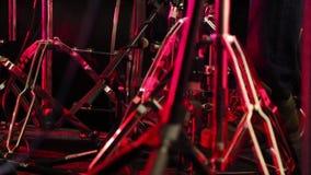 Барабанщик играет набор барабанчика на концерте акции видеоматериалы