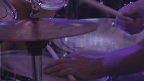 Барабанщик играет ударные инструменты на концерте как часть музыкальной группы сток-видео