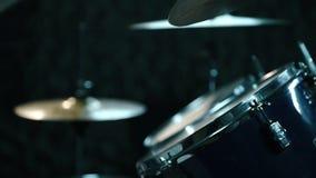 Барабанщик играя барабанчики видеоматериал