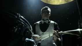 Барабанщик играя барабанчики сток-видео