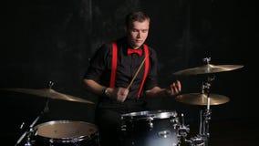 Барабанщик играя барабанчики акции видеоматериалы
