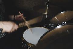 Барабанщик играя набор барабанчика стоковое фото