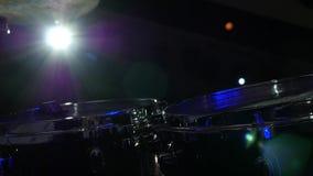 Барабанщик играя набор барабанчиков на концерте сток-видео