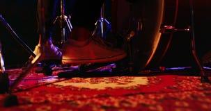 Барабанщик играя на барабанчике установленном 4k сток-видео