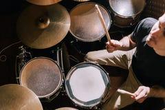 Барабанщик играя на взгляд сверху набора барабанчика стоковые изображения