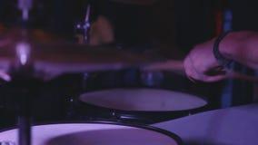 Барабанщик играя на этапе акции видеоматериалы