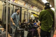 Барабанщик и гитарист играя в Нью-Йорке, США стоковое фото rf
