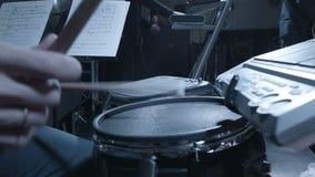 Барабанщик на концерте в клубе сток-видео
