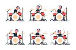 Барабанщик рок-группы играет набор барабанчика иллюстрация вектора
