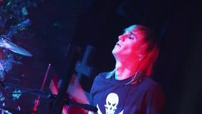 Барабанщик рок-группы Kukryniksy выполняя на этапе ночного клуба Фары красного цвета согласие акции видеоматериалы
